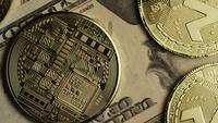 Drehende Aufnahme von Bitcoins (digitale Kryptowährung) - BITCOIN MONERO