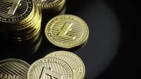 Rotierende Aufnahme von Bitcoins (digitale Kryptowährung) - BITCOIN LITECOIN 350