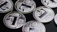 Rotierende Aufnahme von Bitcoins (digitale Kryptowährung) - BITCOIN LITECOIN 452