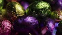 Tiro rotativo de doces de Páscoa coloridos em uma cama de grama de Páscoa - PÁSCOA 242