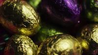 Tiro rotativo de doces de Páscoa coloridos em uma cama de grama de Páscoa - PÁSCOA 243