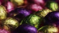 Tiro rotativo de doces de Páscoa coloridos em uma cama de grama de Páscoa - PÁSCOA 222