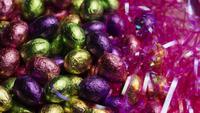 Tiro rotativo de doces de Páscoa coloridos em uma cama de grama de Páscoa - PÁSCOA 237