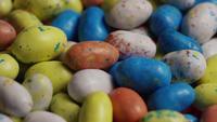 Tiro de giro de Páscoa colorida doces em uma cama de grama de Páscoa - Páscoa 130