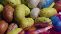 Tiro de giro de Páscoa colorida doces em uma cama de grama de Páscoa - Páscoa 129