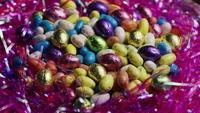 Tiro rotativo de doces de Páscoa coloridos em uma cama de grama de Páscoa - Páscoa 171