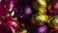 Roterande skott av färgglada påskkakor på en säng av påskgräs - EASTER 211