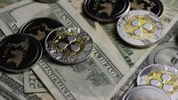 Drehende Aufnahme von Bitcoins (digitale Kryptowährung) - BITCOIN RIPPLE 0304