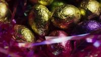 Tiro rotativo de doces de Páscoa coloridos em uma cama de grama de Páscoa - PÁSCOA 241
