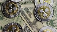 Drehende Aufnahme von Bitcoins (digitale Kryptowährung) - BITCOIN RIPPLE 0222