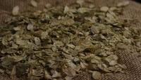 Plan tournant de l'orge et d'autres ingrédients brassicoles - Bière Brewing 295