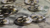 Drehende Aufnahme von Bitcoins (digitale Kryptowährung) - BITCOIN RIPPLE 0248
