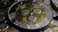 Drehende Aufnahme von Bitcoins (digitale Kryptowährung) - BITCOIN RIPPLE 0115