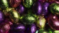 Tiro giratorio de coloridos caramelos de Pascua en un lecho de pasto de pascua - PASCUA 229