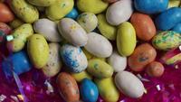 Roterend schot van kleurrijk Pasen-suikergoed op een bed van Pasen-gras - PASEN 115