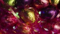 Tournant coup de bonbons de Pâques colorés sur un lit d'herbe de Pâques - PÂQUES 203