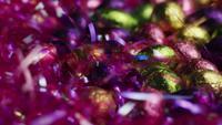 Tiro rotativo de doces de Páscoa coloridos em uma cama de grama de Páscoa - PÁSCOA 218