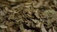 Plan tournant de l'orge et d'autres ingrédients brassicoles - Bière Brewing 303