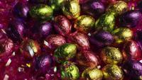 Tournant coup de bonbons de Pâques colorés sur un lit d'herbe de Pâques - PÂQUES 208