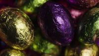 Tiro giratorio de coloridos caramelos de Pascua en un lecho de pasto de pascua - PASCUA 232