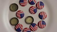 Roterend schot van kroonkurken met de Amerikaanse vlag die op hen wordt gedrukt - FLES CAPS 001