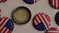 Foto giratoria de tapas de botellas con la bandera americana impresa en ellas - BOTTLE CAPS 004