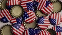 Foto giratoria de tapas de botellas con la bandera americana impresa en ellas - BOTTLE CAPS 022