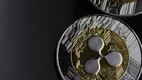 Drehende Aufnahme von Bitcoins (digitale Kryptowährung) - BITCOIN RIPPLE 0088