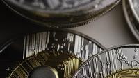 Drehende Aufnahme von Bitcoins (digitale Kryptowährung) - BITCOIN RIPPLE 0067