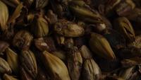 Roterande skott av korn och andra ölbrödningsingredienser - ÖRBRÄDD 077