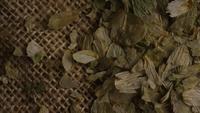 Roterend schot van ingrediënten voor het brouwen van gerst en andere bier - BIEREN 291