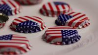 Foto giratoria de tapas de botellas con la bandera americana impresa en ellas - BOTTLE CAPS 017