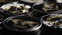 Drehende Aufnahme von Bitcoins (digitale Kryptowährung) - BITCOIN RIPPLE 0174