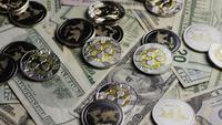 Drehende Aufnahme von Bitcoins (digitale Kryptowährung) - BITCOIN RIPPLE 0302
