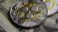 Drehende Aufnahme von Bitcoins (digitale Kryptowährung) - BITCOIN RIPPLE 0244