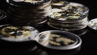 Drehende Aufnahme von Bitcoins (digitale Kryptowährung) - BITCOIN RIPPLE 0211