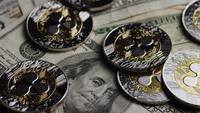 Drehende Aufnahme von Bitcoins (digitale Kryptowährung) - BITCOIN RIPPLE 0237