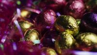 Roterend schot van kleurrijk Pasen-suikergoed op een bed van Pasen-gras - PASEN 248