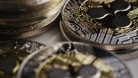 Drehende Aufnahme von Bitcoins (digitale Kryptowährung) - BITCOIN RIPPLE 0073