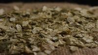 Roterend schot van gerst en andere ingrediënten voor het brouwen van bier - BIERENWORTELEN 304