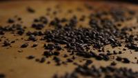 Roterend schot van gerst en andere ingrediënten voor het brouwen van bier - BIEREN BROUWEN 158