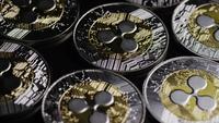 Drehende Aufnahme von Bitcoins (digitale Kryptowährung) - BITCOIN RIPPLE 0091