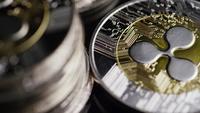Drehende Aufnahme von Bitcoins (digitale Kryptowährung) - BITCOIN RIPPLE 0208