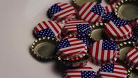 Foto giratoria de tapas de botellas con la bandera americana impresa en ellas - BOTTLE CAPS 031