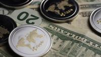 Drehende Aufnahme von Bitcoins (digitale Kryptowährung) - BITCOIN RIPPLE 0273