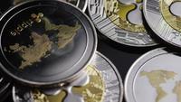Drehende Aufnahme von Bitcoins (digitale Kryptowährung) - BITCOIN RIPPLE 0189