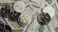 Drehende Aufnahme von Bitcoins (digitale Kryptowährung) - BITCOIN RIPPLE 0292