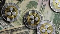 Drehende Aufnahme von Bitcoins (digitale Kryptowährung) - BITCOIN RIPPLE 0221