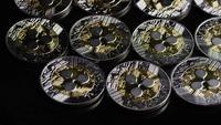 Drehende Aufnahme von Bitcoins (digitale Kryptowährung) - BITCOIN RIPPLE 0090