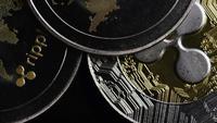 Drehende Aufnahme von Bitcoins (digitale Kryptowährung) - BITCOIN RIPPLE 0183